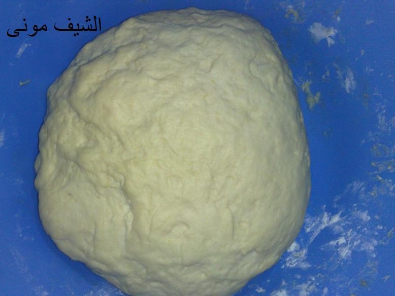 كيلو الدقيق ومعاه كل المكونات الجافة ونخلطهم ونضيفلهم البيض والزبدة