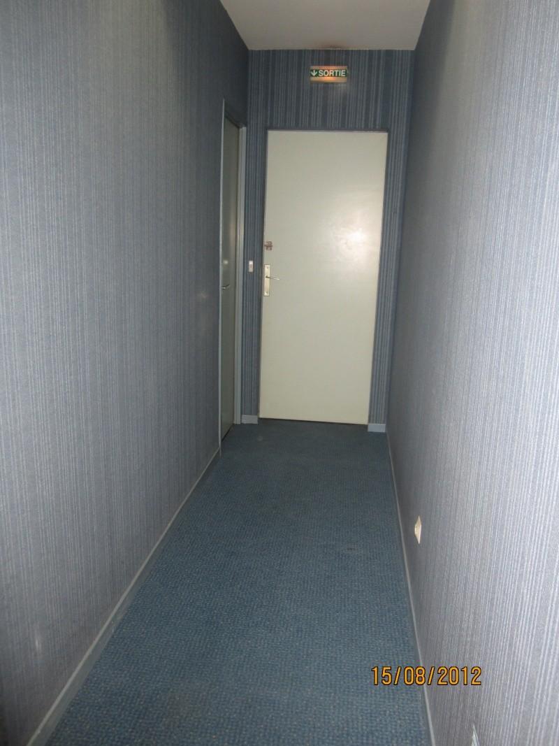 Hall d 39 entr e avec moquette bleu au mur sisi a xiste for Moquette hall d entree