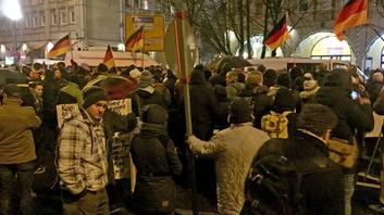 A Berlin, les fachos de PEGIDA n'ont pas pu manifester, encerclés et bloqués par les antifascistes.