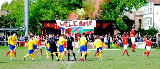 Banderole des Clapton Ultras souhaitant la bienvenue aux immigrés et aux Rroms.