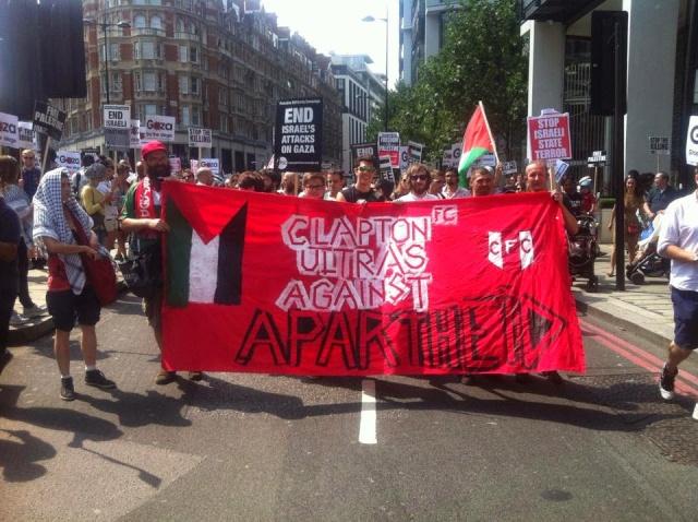 Cortège des Clapton Ultras lors d'une manifestation en solidarité avec le peuple palestinien.