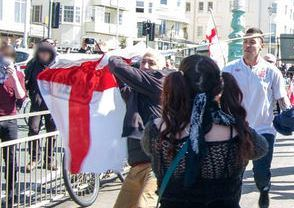 Début février 2014, Paul Prodromou veut taper une militante antifasciste et ... tape son propre fils en pleine tête !