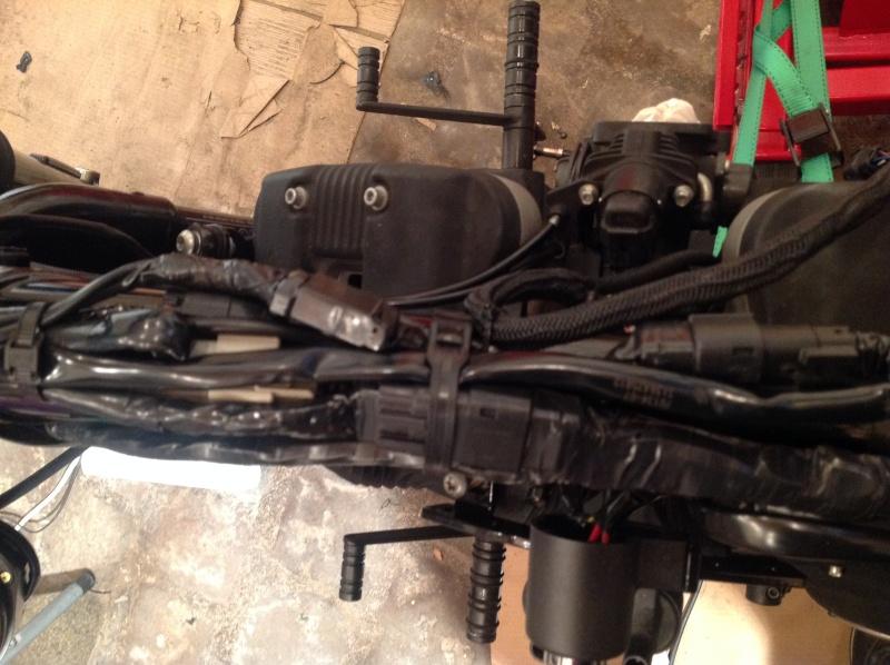 Schema Elettrico Harley Davidson 883 : Cacher le faisceau electrique sous reservoir iron